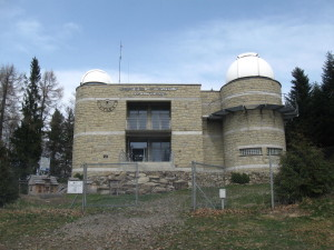 The observatory at the top of Lubomir... Obserwatorium astronomiczne na szczycie Lubomira
