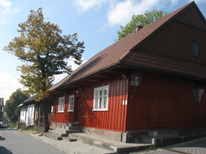 One of the wooden buildings in the centre of Lanckorona... Jeden z drewnianych budynków w centrum Lanckorony