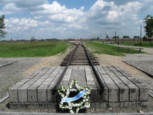 Wreath at the end of railway platform in KL Birkenau... Wieniec na końcu rampy kolejowej w KL Birkenau